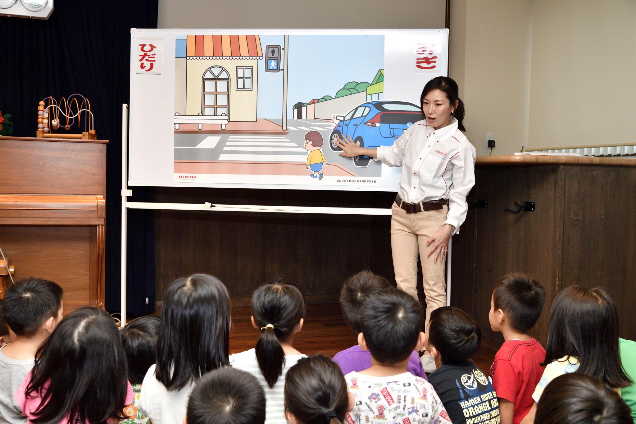 ドキッと する デザイン の おまわりさん トート が 子ども たち を 守る ホンダ 交通 安全 トート バッグ 贈呈 式 を 開催